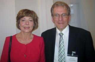 Rolf Armbruster lors de la cérémonie avec la Première Dame de la RFA, Daniela Schadt
