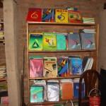 Livres venant de Chambéry dans une bibliothèque de Bisoro