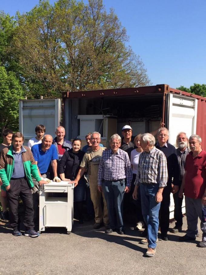 Les bénévoles d'Albstadt en pleine préparation pour l'envoi d'un container de matériel à Bisoro